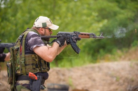 Photo pour Une mitrailleuse. Entraînement au tir et aux armes. Plage de tir extérieure - image libre de droit