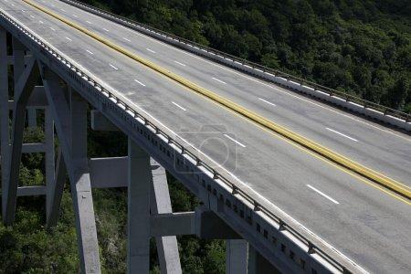 Photo pour Pont routier à Cuba sans circulation - image libre de droit
