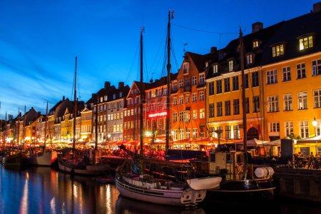 Photo pour Nyhavn la nuit à Copenhague, Danemark. Nyhavn est un quartier riverain, canal et divertissement du XVIIe siècle à Copenhague, au Danemark . - image libre de droit