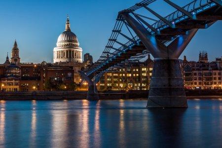 Photo pour S St Paul Cathedral et Millennium Bridge dans la nuit, Londres. Le Millennium Bridge, officiellement appelée la passerelle du millénaire de Londres, est un pont suspendu en acier pour les piétons qui traversent la Tamise à Londres. - image libre de droit