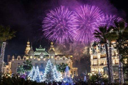 """Photo pour Monte Carlo Casino pendant les célébrations du Nouvel An. Officiellement nommé """"Casino de Monte-Carlo"""", le Casino de Monte-Carlo est un complexe de jeux et de divertissement situé à Monaco. . - image libre de droit"""