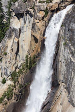 Photo pour Nevada Fall dans le parc national de Yosemite, Californie, États-Unis . - image libre de droit