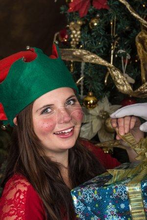 Photo pour Cette elfe a été vérifier certains des nouveaux jouets qui allaient être livrés le soir de Noël. - image libre de droit