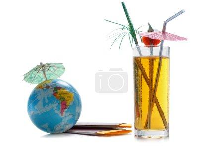 Photo pour Passeports, billets, globe du monde comme un concept de vacances. Préparation de voyage de l'été. Planification des vacances, vérification de documents, de choisir le point de destination. - image libre de droit