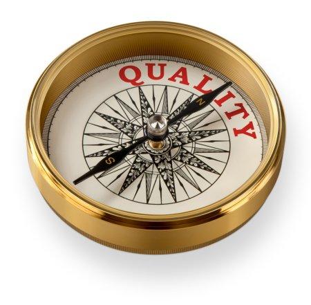 Photo pour Une haute qualité en laiton boussole isolé sur blanc, pointant le mot qualité. - image libre de droit