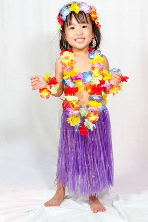 Photo pour Fillette chinoise asiatique en costume hawaïen - image libre de droit