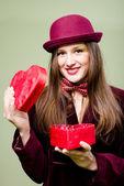 Mladá dáma otevření červené krabičce v podobě srdce