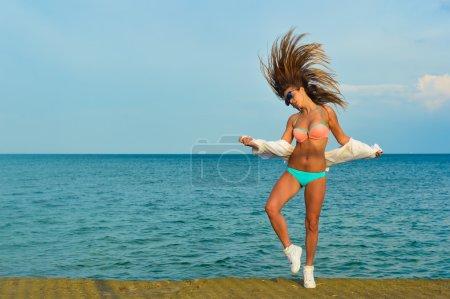 Photo pour Photo de belle jeune femme appréciant danse sur fond de l'espace extérieur copie - image libre de droit