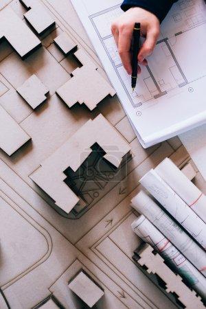 Photo pour Vue du dessus du dessin de l'architecte sur le projet architectural - image libre de droit