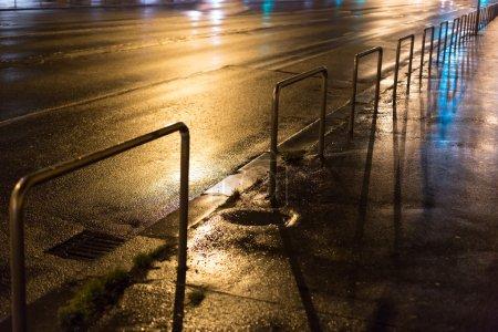 Photo pour Feux de voiture flous, longue exposition photo de la circulation - image libre de droit