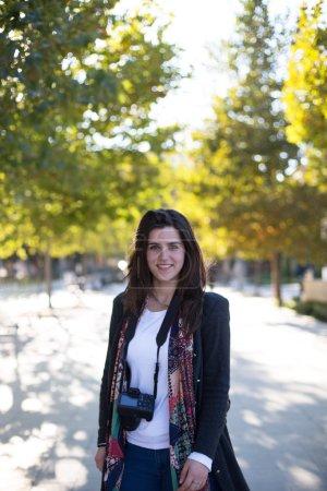 Foto de Niña sonriente con cámaras digitales en la ciudad de - Imagen libre de derechos