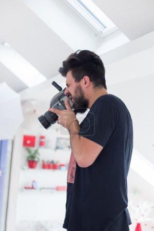 Photo pour Photo prise jeune homme avec camer numérique professionnel - image libre de droit