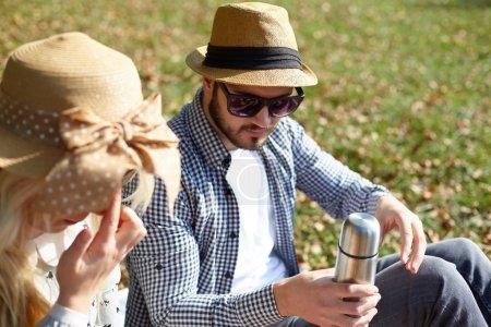 schönes junges Paar beim Picknick in der Natur. glückliche Familie
