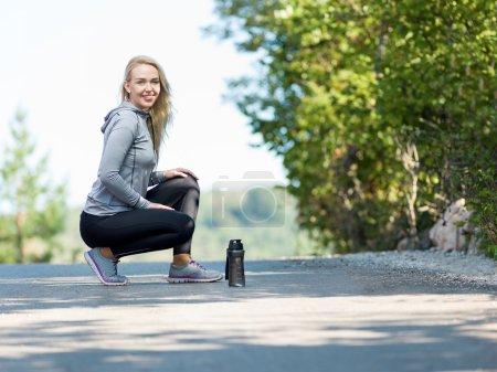 Photo pour Portrait de coureuse dans la nature après le jogging - image libre de droit