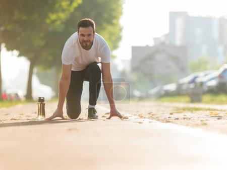 Running et jogging sport concept. Homme attachant lacets avant t