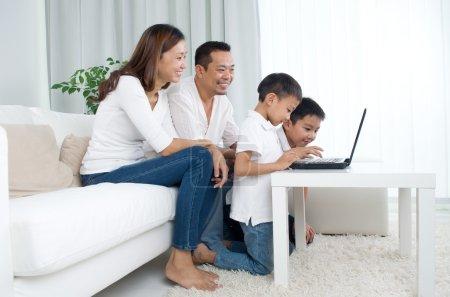 Photo pour Famille asiatique utilisant un ordinateur portable - image libre de droit