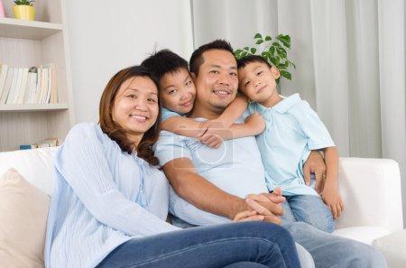Photo pour Portrait de famille asiatique assis sur canapé - image libre de droit