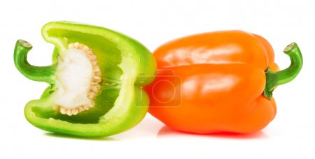Foto de Pimientos verdes y naranja con medio aislado en blanco - Imagen libre de derechos