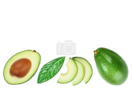 Photo pour Avocat et tranches isolées sur fond blanc avec espace de copie pour votre texte. Vue de dessus. Pose plate. - image libre de droit