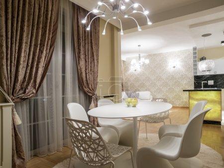 Photo pour Salle à manger moderne avec table blanche et chaises - image libre de droit