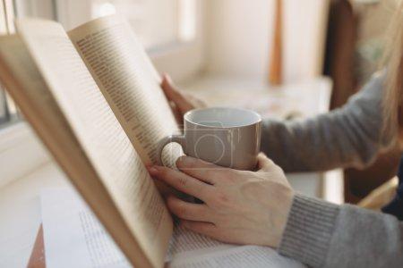 Photo pour Femme instruite lisant la littérature artistique à la maison. Photo recadrée . - image libre de droit