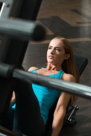 Photo pour Femme forte soulevant le poids dans la salle de gym . - image libre de droit