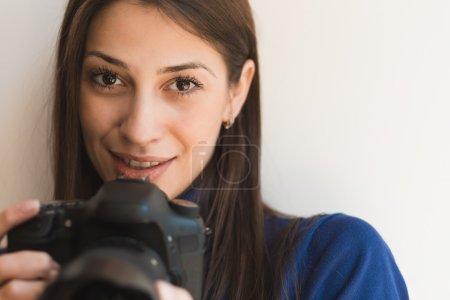 Photo pour Photographe femme brunette avec caméra - image libre de droit