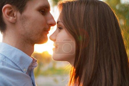 Photo pour Couple aimant dans le parc d'été . - image libre de droit