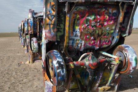 Foto de Cadillac Ranch es una instalación de arte público y escultura en Amarillo, Texas, nos fue creada en 1974 por Hudson Marquez, Chip Lord y Doug Michels - Imagen libre de derechos