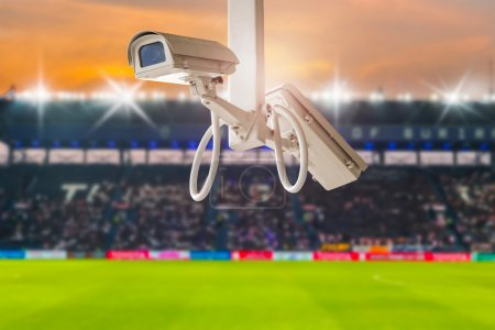 Photo pour Vidéosurveillance dans le football stadium à fond de crépuscule. - image libre de droit