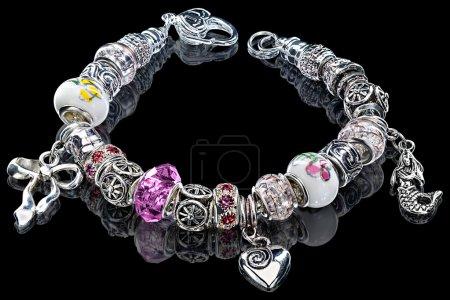 Photo pour Vue rapprochée à modulaire de charme à la main, perles et gemmes bracelet noir - image libre de droit