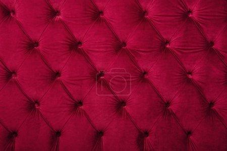 Photo pour Fond textile capitone velours bordeaux rouge, style Chesterfield carreaux doux touffeté meubles en tissu motif diamant décoration avec boutons, gros plan - image libre de droit