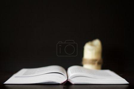 Photo pour La Bible grecque sur la table - image libre de droit