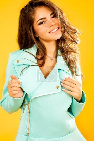 Photo pour Positif jeune fille modèle en veste. collection de mode, tenue tendance, jeune femme, portrait à la mode, cheveux étonnants, belle fille, cheveux longs, ondulé bouclé - image libre de droit