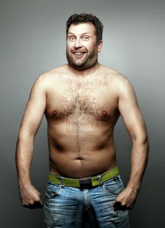Photo pour Drôle d'homme nu. Tournage studio . - image libre de droit