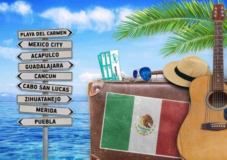 Foto de Concepto de verano viajando con maleta vieja y signo de la ciudad de México - Imagen libre de derechos
