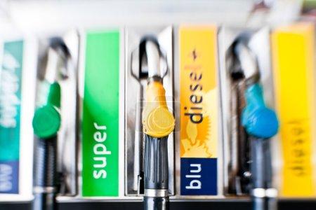 Photo pour Détail d'une pompe à essence dans une station-service - image libre de droit