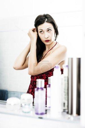 Photo pour Beauté naturelle coiffant ses cheveux. Femme faisant la routine du matin dans la salle de bain . - image libre de droit
