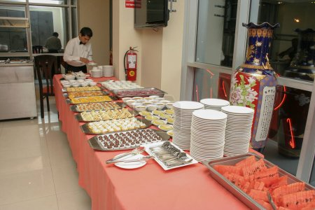 Photo pour Table buffet snack sur longue table prête à servir un événement au restaurant - image libre de droit