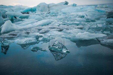 Photo pour Changement climatique et réchauffement climatique. Fonte des glaciers en Islande. icebergs flottants dans la lagune de Jokulsarlon . - image libre de droit