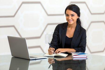 Photo pour Entreprise femme occupé écriture travailler au bureau table de réflexion arrière-plan moderne attrayant personne finance des entreprises - image libre de droit