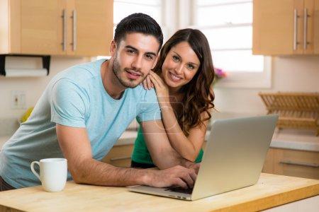 Photo pour Couples mari et femme écrivant tapant sur le nouvel appareil d'ordinateur portable moderne blogging partageant la dactylographie de chat - image libre de droit