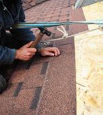 Tetőfedő telepíti bitumenes tetőzsindelyek kalapáccsal és köröm - cl