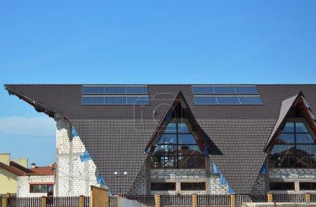 Foto de Paneles solares de agua de calefacción. Sistemas de calefacción de agua solar usan de paneles solares, llamados colectores, montados al techo. - Imagen libre de derechos