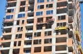 Zeměměřické velké staveniště. Zaměstnanci stavba nového domu, instalace oken, zdi Insullation, bý. Industrial Building Construction