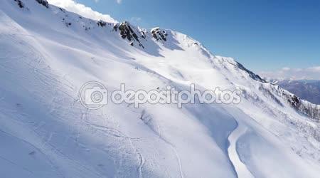 Quadrocopter střílet krásné hory vztahuje sníh. Scenérie. Slunečný den. Skladby