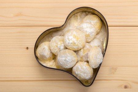 Photo pour Biscuits faits maison dans une boîte en fer blanc en forme de coeur - image libre de droit