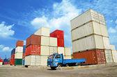 Stohovat kontejnery s nákladem v skladovacím prostoru nákladní námořní přístav ter