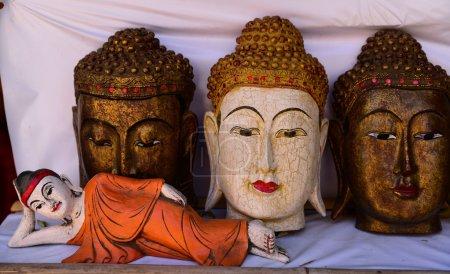 Drewniane posągi Buddy