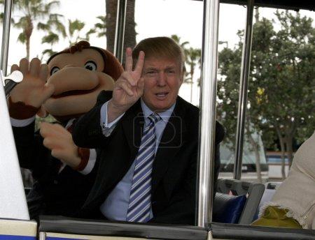 Photo pour Universal City, Ca, Usa - 10 mars 2006 : Le 45e président des États-Unis Donald J. Trump donne le coup d'envoi de la sixième saison de casting de recherche d'appels pour The Apprentice dans les studios Universal Hollywood. - image libre de droit